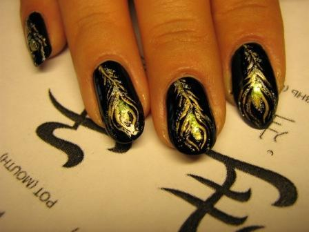 рисунок на ногтях перья