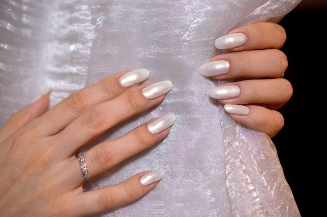 Обилие перламутра на ногтях