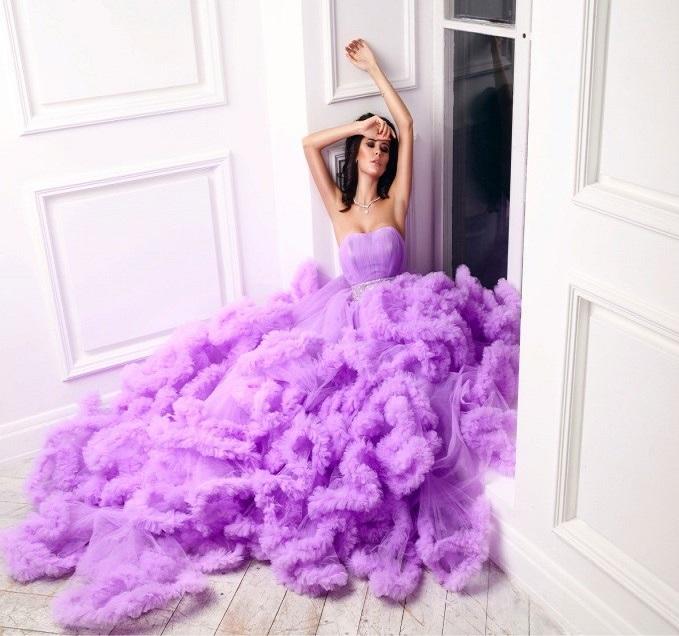образ романтичной мечтательницы , розовое платье с декольте