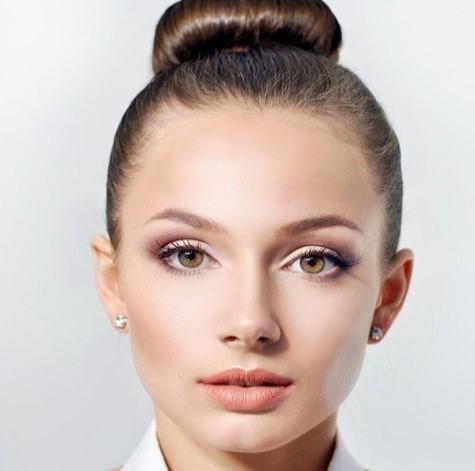 Простой макияж для классической прически