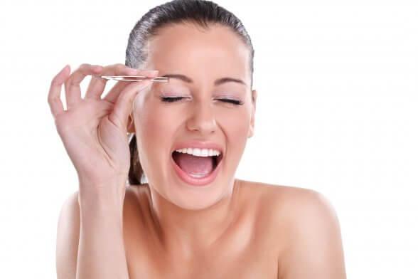 выдернуть волосы пинцетом