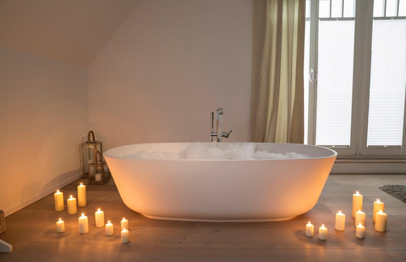 Расслабляющая ванна и зажженные ароматные свечи