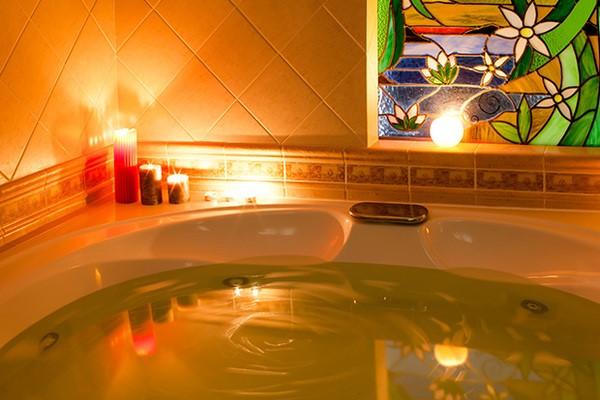 ванна и зажженные ароматные свечи